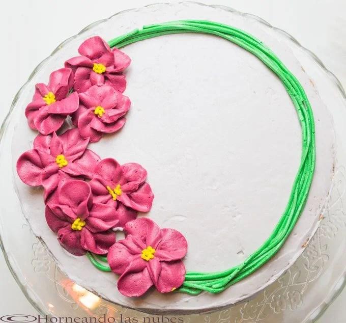 Tarta de vainilla con flores de fresa