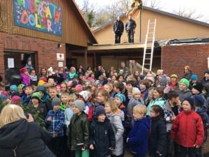 Kinder feiern das Richtfest der Mensa an der Eichhörnchen-Grundschule