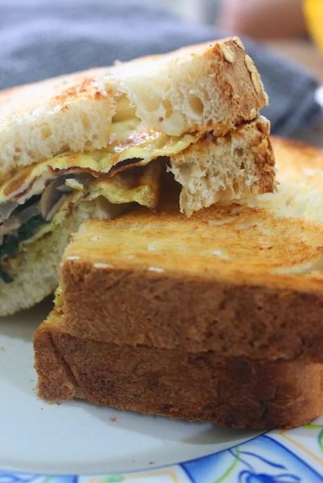 Sandwich de omelette para brunch o desayuno