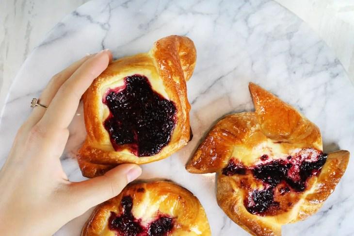 Pan danés relleno de queso crema y frutos rojos