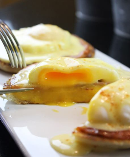 Huevos benedictinos con english muffins
