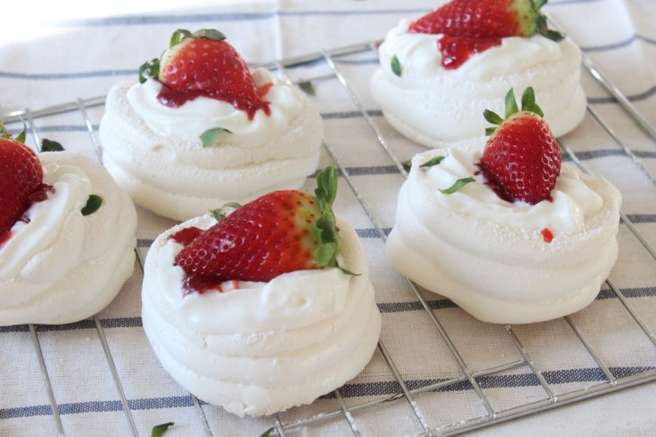 How to make mini pavlovas with strawberries on top