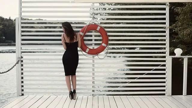Muchacha con vestido negro