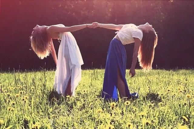 dos bellas mujeres en el campo