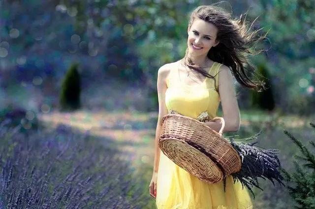 mujer-con-vestido-amarillo