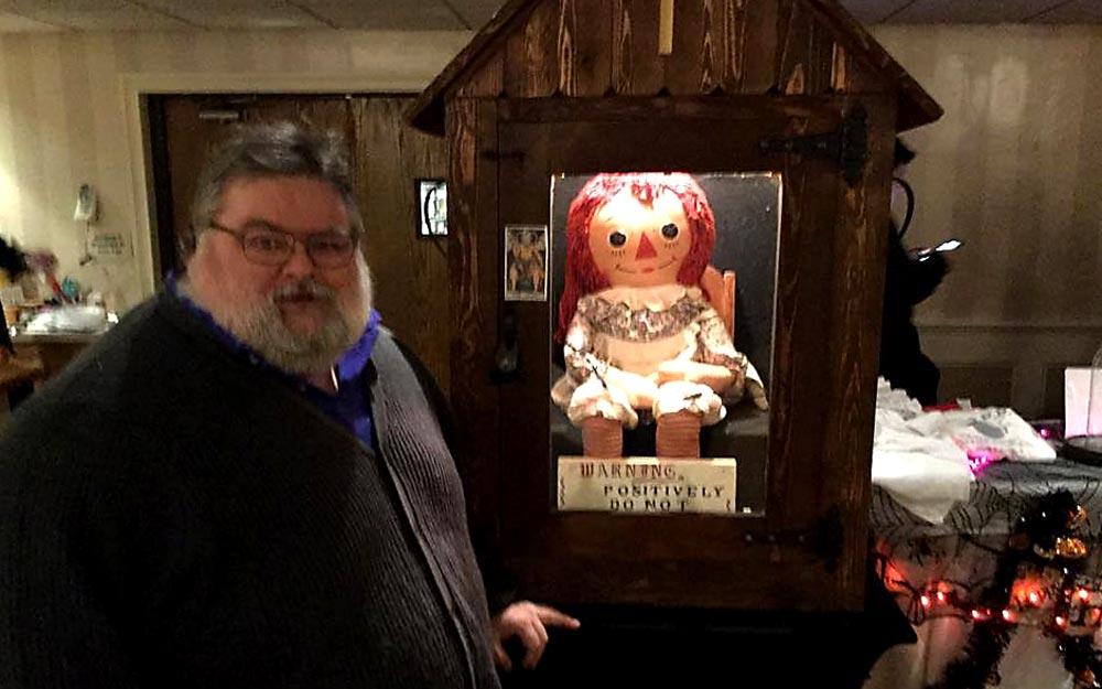 Chris ao lado da famosa boneca Annabelle | Foto: reprodução/arquivo pessoal