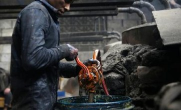 سوريون محاصرون ينتجون وقوداً من مخلفات البلاستيك