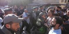 قوات الاحتلال تقتل فلسطينياً وتعتقل وتعتدي على معتصمين أمام الأقصى