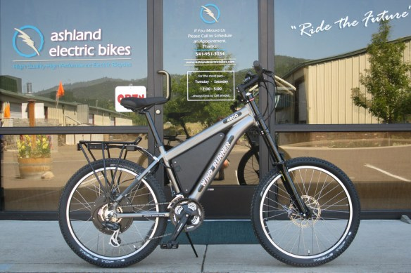 This blogger test rode this Wind Runner 48-volt lithium ion battery-powered electric bike in Ashland Oregon. It has a top speed of around 20 to 25 miles per hour. It's a pedal-assisted bike, meaning that you could pedal whenever you wanted if you did not want to run the motor.Photo courtesy of Jerry Solomon of Ashland Electric Bikes.