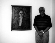 Peer Jensen ved maleriet af sin gamle chef Sine Østergaard.jpg