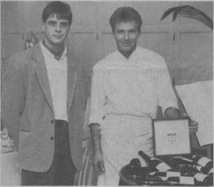 Hotelejer, direktor Steen B. Jacobsen (t.v.) glæder sig sammen med sin køkkenchef, Karsten Bonde, over den fornemme hæder i form af de tre stjerner, som Danica Hotel & Gastronomi netop er tildelt i Spiseguiden Danmark 1994. Foto: Martin Ravn