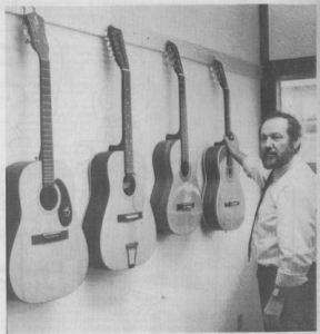 Jens Peter Frederiksen i lokalet, der er indrettet til guitar-undervisning. Alene det at have instrumenterne lige ved hånden er nyt for musikskolen. (Foto: Lene Sørensen)