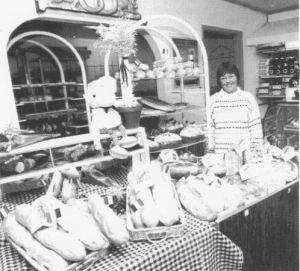 Solveig Pedersen viser her et udvalg af Milebageriets flotte madbrød. (Foto: Povl Klaysen)