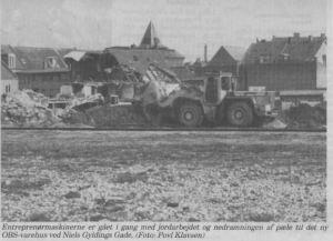 Entreprenørmaskinerne er gået i gang med jordarbejdet og nedramningen af pæle til det ny OBS-varehus ved Niels Gyldings Gade. (Foto: Povl Klavsen)