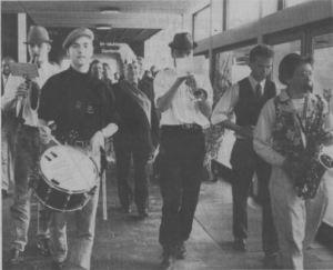 De mange gæster blev fulgt pa plads af klingende musik og toastmasteren Peter Parkov, som ses midt i billedet med en hat, der passer til lejligheden. (Foto: Lene Sørensen)