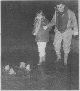 Maria var en tur nede ved det oversvømmede havneområde med sin farfar Ove Lund. Her kigger de på de små vandsøjler, der viser, at vandet ikke bare flød ind over land, men også blev presset op gennem kloakkerne, så dækslerne mange steder blev presset af