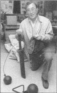 Albert Rasmussen har samlet mange gamle sportsrekvisitter, bl.a. sine egne pigsko, som gjorde ham til dansk mester i lob i 40'erne