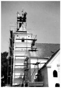 Peder Sandahl Skov i færd med reparation af vindfløjen på Vær kirke, 1973