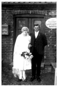 Det nygifte par Mie, 22 år og Henry Flensborg, 24 år Fotograferet foran Mies barndomshjem, 1926.