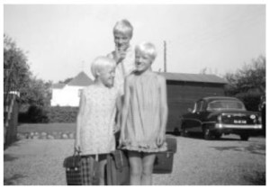 Tre glade skolepiger, Dorte, Anna-Mette og Lisbeth på Husoddevej 12, 1967.