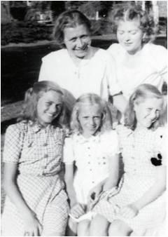 Lilli 11, Margit 9, Åse 10, på besøg hos moster i sygehusets have her sammen med den russiske læge Ludmilla