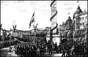 Optog forbi Frihedsstøtten i anledning af 100 året for Stavnsbåndets opløsning. Akvarel af Rasmus Christiansen (1863-1940).