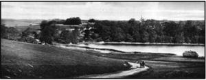 Vær sø med den gl. Præstegård. Bygget i 1654 og brændt i 1925. Skættehus th.