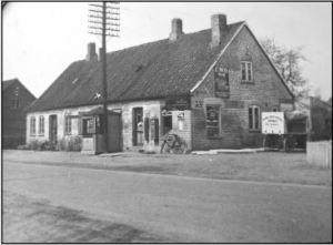 Huset Bygaden 81 i 1935. Det er nu forlænger med 3 fag. I huset er der telefoncentral i den vestlige og mælkeudsalg i den østlige del.