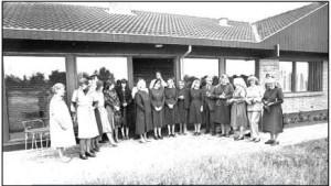 Assumptionssøstrene linet op til fotografering på Sundbakken 16. (Billedet er venligst udlånt af Horsens Byarkiv fra Thuesens fotoarkiv).