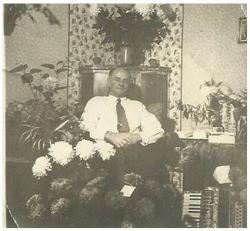 Her sidder farfar i stadsstuen, men det var nu ikke hver dag, der blev gjort så meget stads ud af det. Han blev født den 4. oktober 1903 i Fredericia og døbt i den Reformerte kirke. Så efter alt at dømme, er det farfars 50 års fødselsdag, der bliver fejret