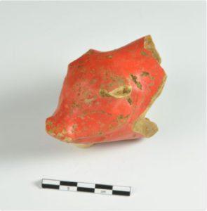 Figur 4. Fragment af en rød lertøjssparegris.