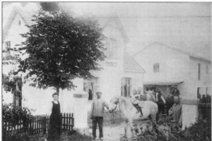 Fotografi fra 1911 af møllens beboere og medhjælpere. På hesten ses forrest Gudrun, bagest Sigrid Nielsen. Moderen var på det tidspunkt død, og Johan Nielsen yderst til højre havde i stedet fået en husbestyrerinde, der ses til venstre. Desuden medhjælpere i møllen.