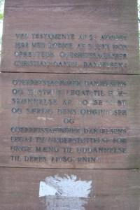 Inskriptionen på mindestenen for overretssagfører Danjelsen og hustru