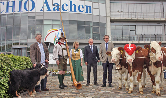 """From left, Oliver Bassauer with Bernese Mountain dogs Luke and Leia, Josef and Marita Nacken of the """"Alphornbläser Bardenberg"""", ALRV-President Carl Meulenbergh, ALRV-Chairman and Show Director Frank Kemperman and the three Simmental cows Sofie, Charlotte and Brigitte."""