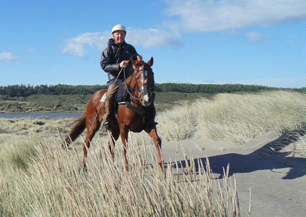 Fridtjof Hanson with Erin on the sand dunes before a gallop in the Bedu on the beach. Erin is fitted with an exercise endoscope.
