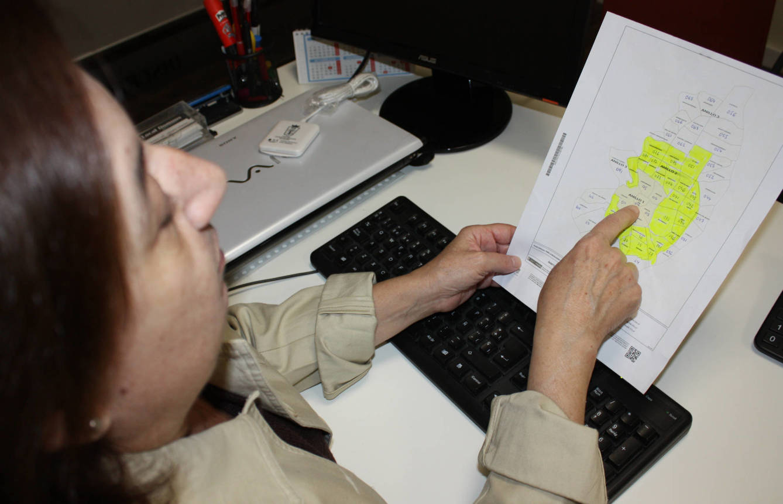 Lola Díaz señala en un mapa las zonas de mayor interés para su negocio. (A.P.)