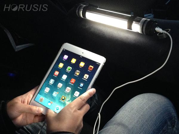 CL-MでiPadを充電する。HORUSIS CHARGE LAMP(ホルシス チャージランプ)