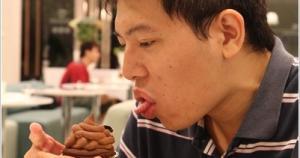 真是不好意思,第一張圖就給大家看到不雅的畫面~其實那只是一個蛋糕啦!但是真的太像「屎」啦!地球咖啡在台南似乎還頗有名氣的,目前一共有四個店面...