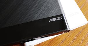 ASUS ZenPower Slim 是我目前手邊最美的行動電源了,4000 mAh 的電量雖然不大,不過非常的輕便,以現在手機的電池容量來看,隨身帶著 ZenPower Slim 是足夠一天的電力,這顆最大的特點就是輕薄,再來就是頗有質感...