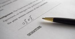文件需要簽名時,一定要印下來簽跑郵局嗎?有沒有更簡單的文件簽署方式?最近小編發現一款線上「數位簽名」製作工具 Signature Maker,只要用手機開啟網頁,就可以快速製作電子簽名檔,共有 5 種字重可以選擇,還有各種色彩能夠自己設定,...