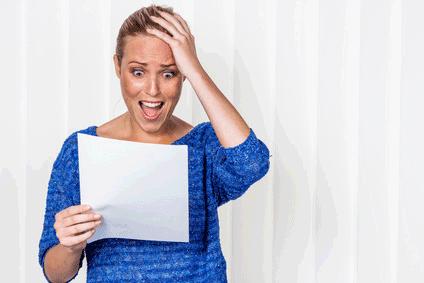 Frau erhält Schreiben