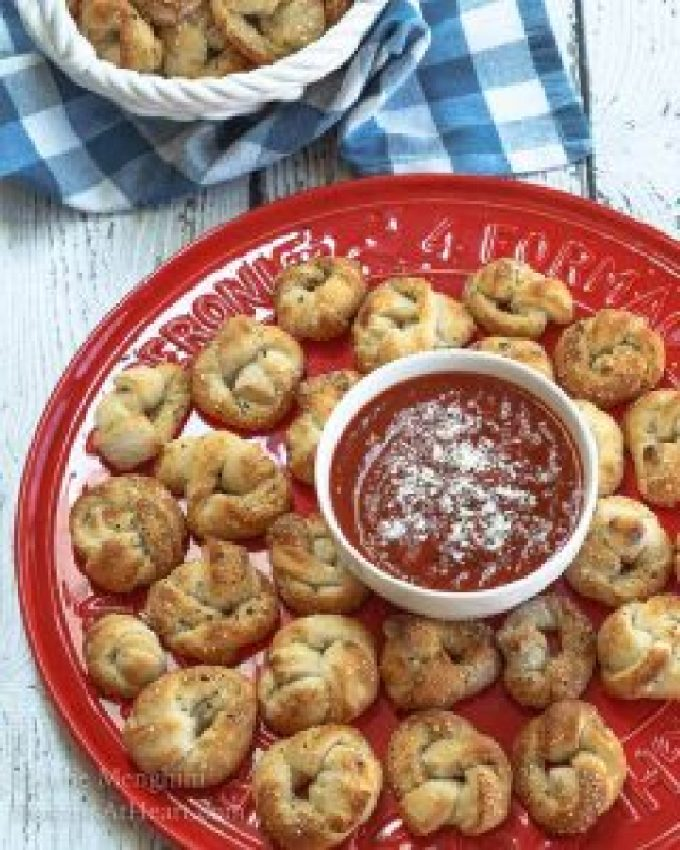 Easy pizza knots recipe video hostess at heart this easy pizza knots recipe make the perfect finger food appetizer for your next party forumfinder Gallery