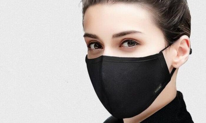 Hostess met gezichtsmasker