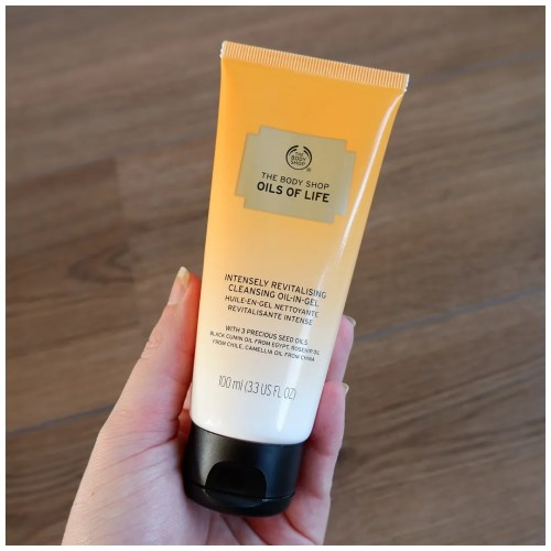 The Body Shop Oils of Life Intensely Revitalising Cleansing Oil-In-Gel cleanser skincare review swatch dry skin sensitive skin