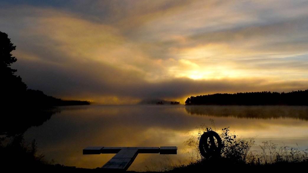 Badbrygga i höstljus i Rötviken. Foto Björn Stenmark