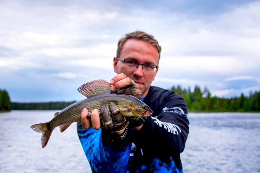En överlistad harr i Toskströmmen. Fiskare Piotruś Guza. Foto © Barbara Guza