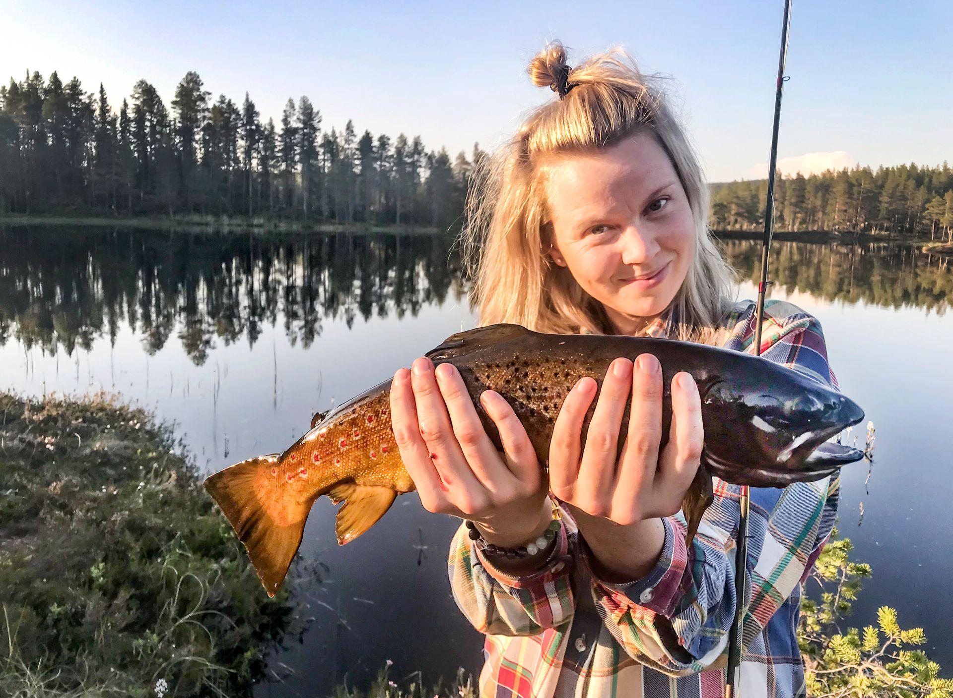Lyckat flugfiske. Foto Anders Lundin