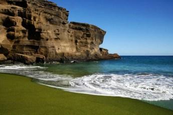 LA MAGIA DE LAS PLAYAS MENOS USUALES DEL MUNDO - B65XAF Green sand beach on Big island Hawaii
