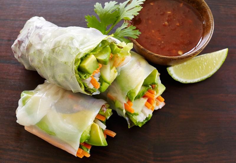 10 recetas para disfrutar del aguacate  - california-avocado-shrimp-spring-rolls