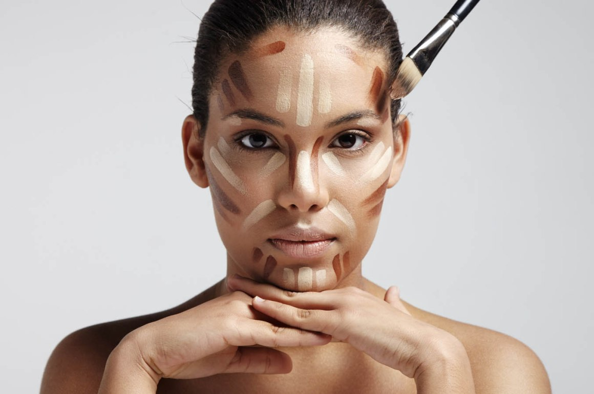 10 PASOS PARA UN CONTOUR PERFECTO - facial contouring. Woman with a different shades of foundation o